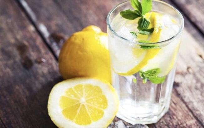 foto agua con limón